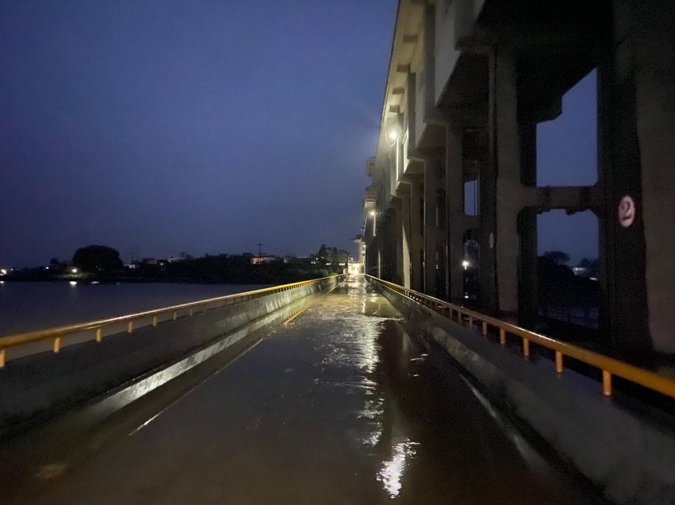洪区内的曹台退水闸,图左是淮河,右侧是濛洼蓄洪区。淮河水位降低,蓄洪区水位高于淮河水位,便会打开退水闸,水重新回到淮河。