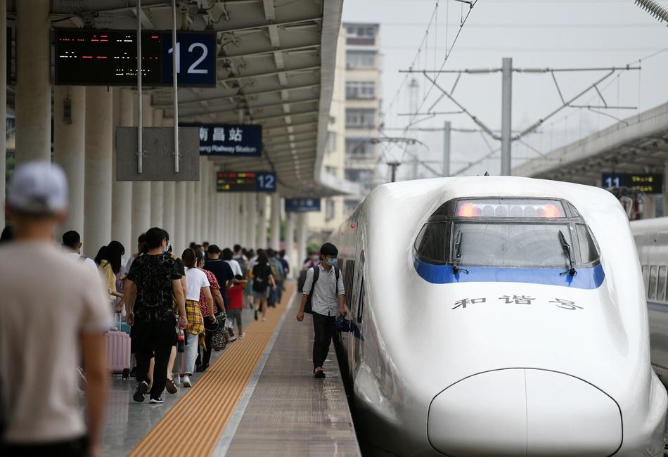7月铁路发送旅客2.07亿人次。