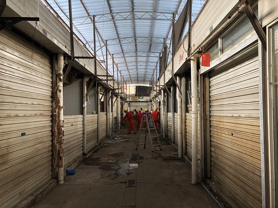 7月28日,市场内部分通道已有施工人员开始作业。