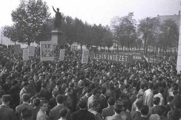 1956年匈牙利事件,示威人群聚集在裴多菲雕像下