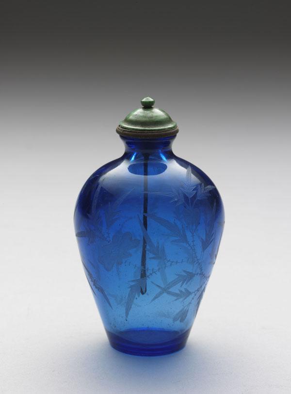 清 乾隆 蓝色透明玻璃刻花鼻烟壶高9.3公分、宽5公分