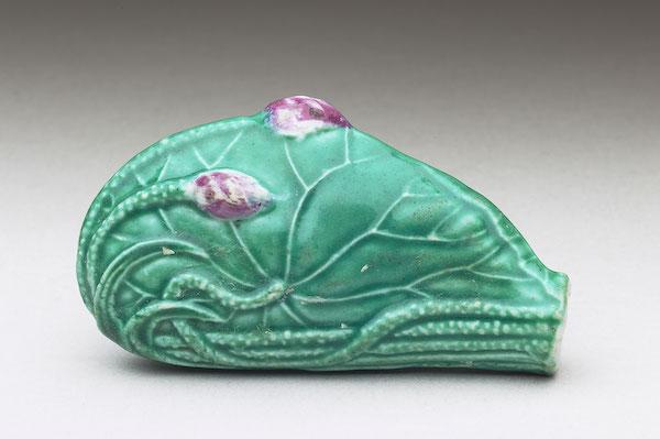 清 十九世纪 瓷胎绿釉荷叶形鼻烟壶 全高6.5公分、宽3.6公分、厚2公分