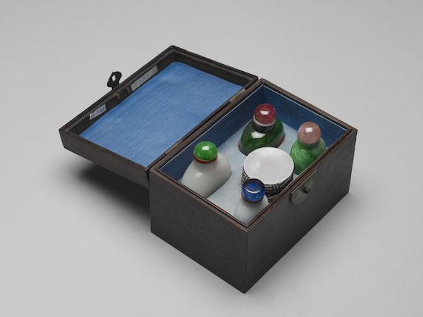 盒装成套鼻烟用具带盖高6.1公分、宽3.2公分、厚2.4公分、木匣13.3x9.2x8.8公分