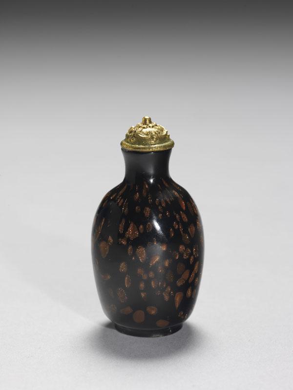 清 乾隆 黑玻璃洒金星鼻烟壶高5.3公分、宽2.7公分