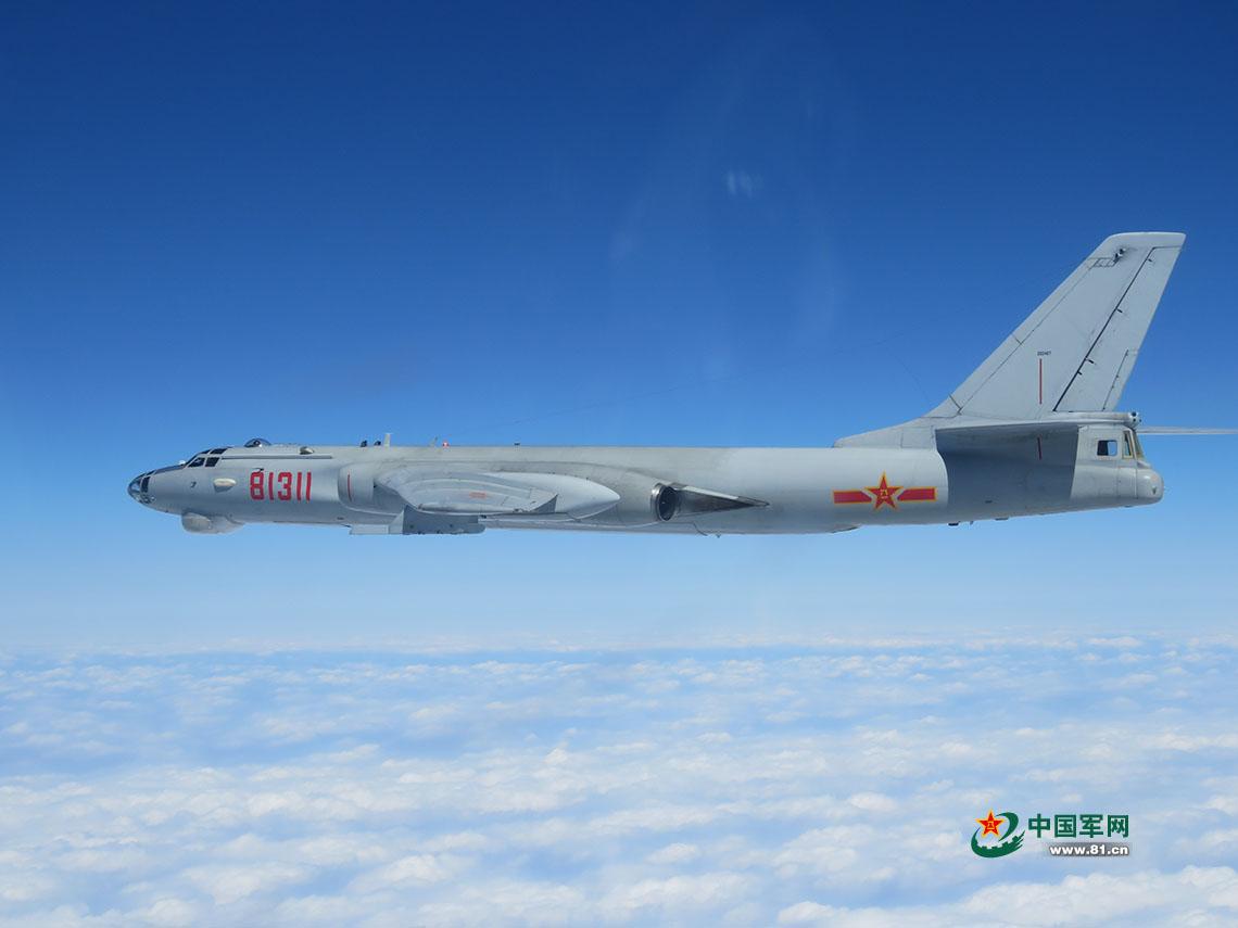 飞行中的轰-6L,该机也可以携带鹰击-12反舰导弹。 图片来源:中国军网