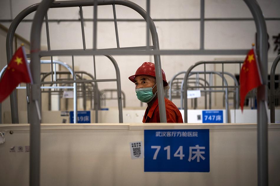 7月29日,工人在武汉客厅方舱医院内进行拆除工作。当日,武汉客厅方舱医院完成使命,正在进行拆除作业并逐步恢复原有业态。武汉客厅方舱医院是武汉首批方舱医院之一,仅用三天建成。DonMCcurren/澎湃影像 图