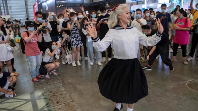 一周图片|66岁Showgirl现身CJ,穿JK跳宅舞