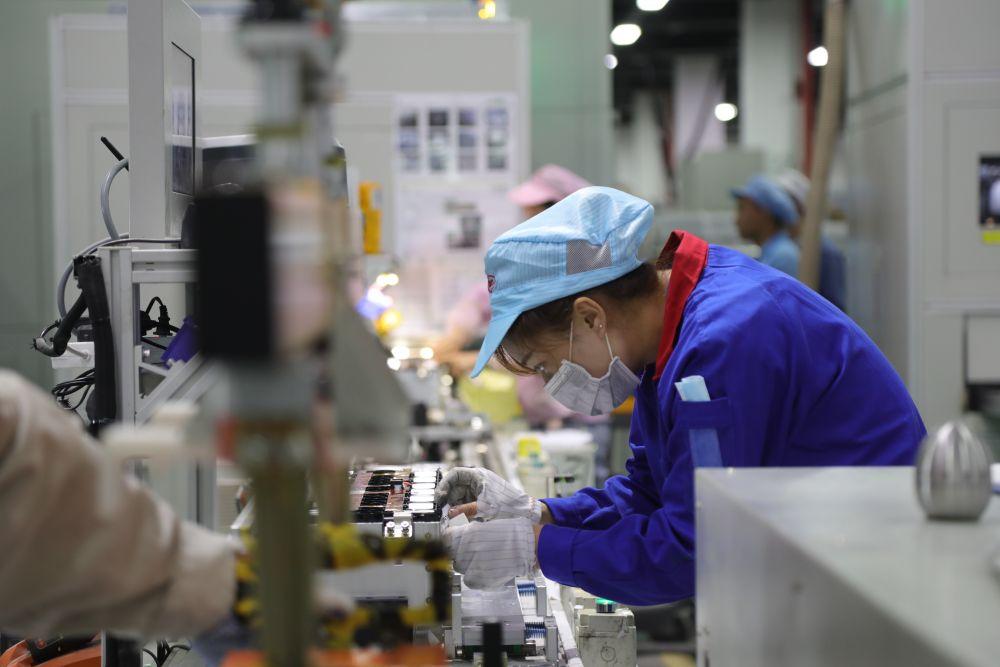 7月28日,在西宁市南川工业园区的青海比亚迪动力电池工厂内,工作人员在生产车间作业。新华社记者 赵玉和 摄