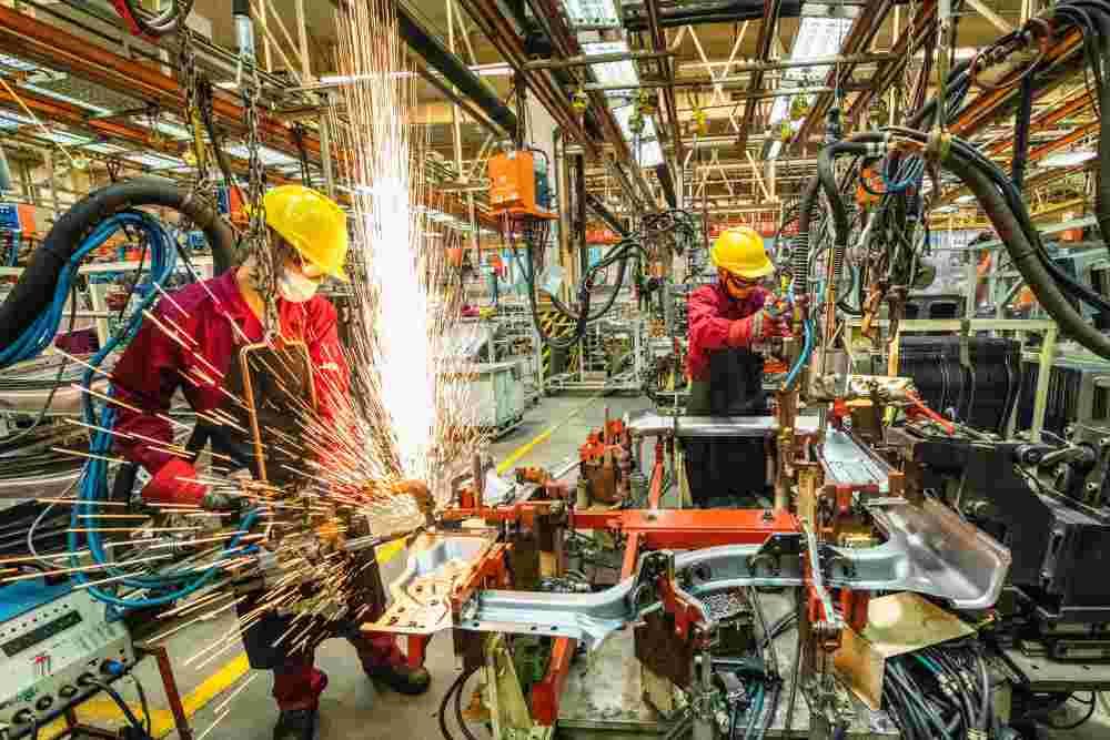 6月30日,工人在山东省青州市一家汽车制造企业的冲焊车间内生产作业。新华社记者 王继林 摄