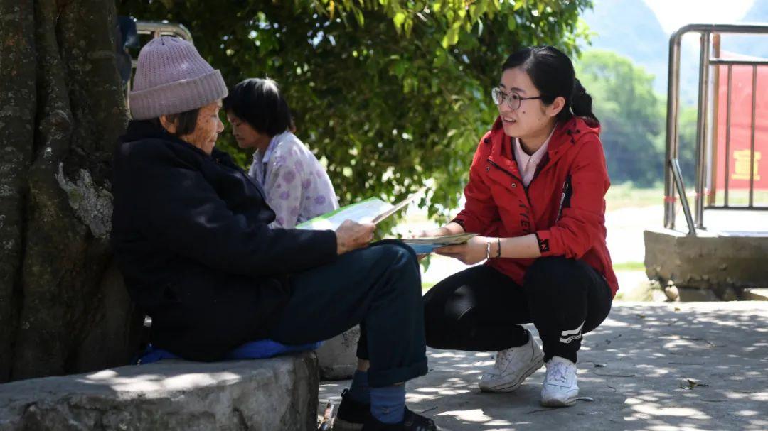 广西融安县沙子乡麻山村包村扶贫干部黄淑亭(右一)在工作。 张爱林 图