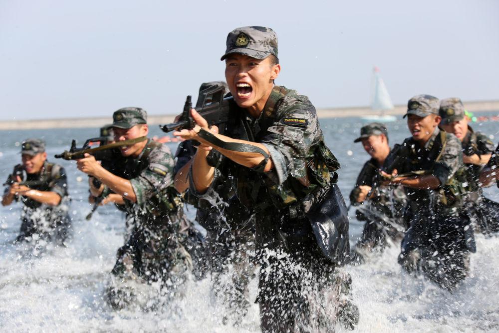 """""""南京路上好八连""""*兵在某海域进行抢滩登陆训练(2015年7月23日摄)。新华社发 张宁峰 摄"""