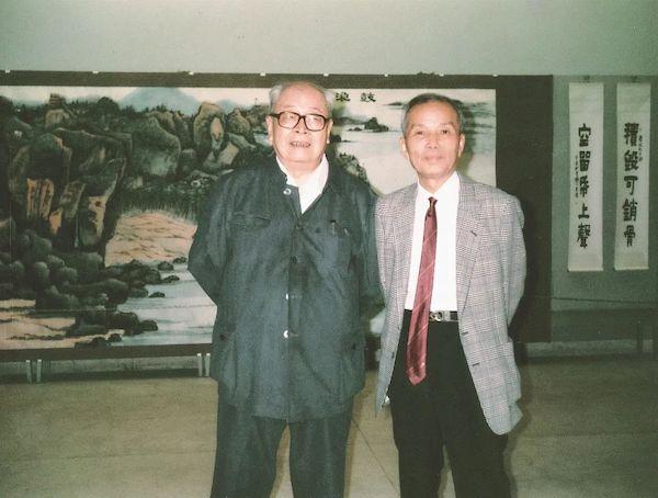"""1990年,赖少其(右)与唐云在""""赖少其唐云书画展览会""""上合影"""