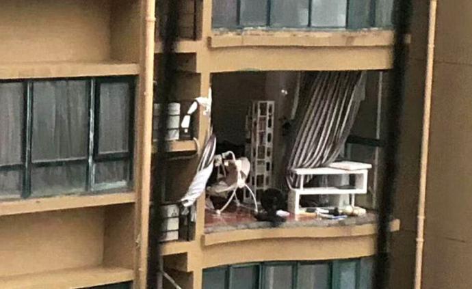8月4日,浙江台州玉环市的渝汇小区内,一户人家的窗户被台风刮走。