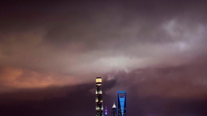 """""""两黄一蓝""""三个预警,台风""""黑格比""""已到达上海同纬度"""