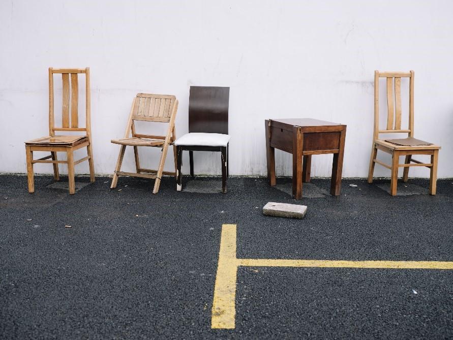 同济新村一角落摆放的椅子。澎湃新闻记者 周平浪 图