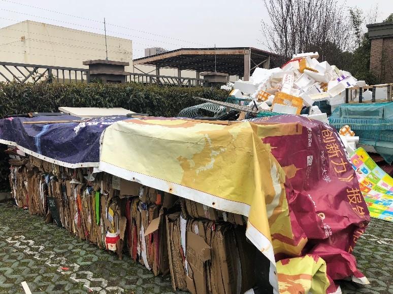 上海某小区的垃圾回收站堆放的可回收物。澎湃新闻记者 冯婧 图