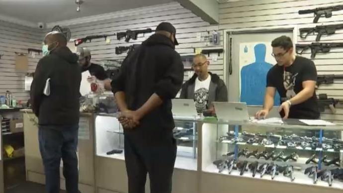 7月美国民众申购枪支数量高居不下,大多因安全担忧