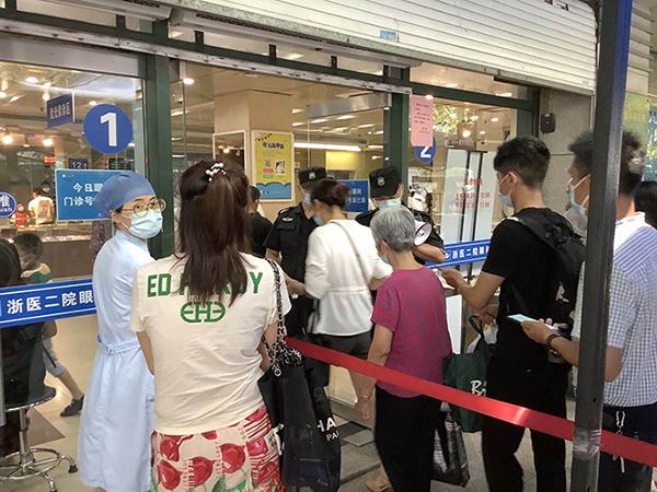 8月5日13时,浙大二院眼科中心门诊门口。澎湃新闻实习生 林胤儒 图