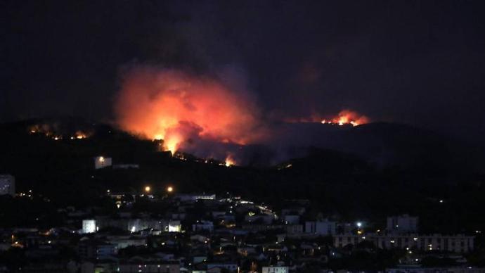 法国东南部森林大火:2700多人撤离,超一千公顷森林被毁