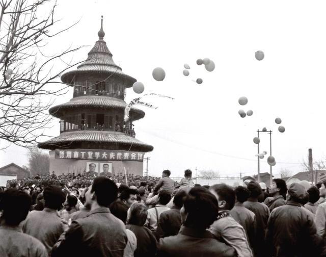 20世纪70年代,扬州城的文昌阁附近常有集会。 图片来源于网络