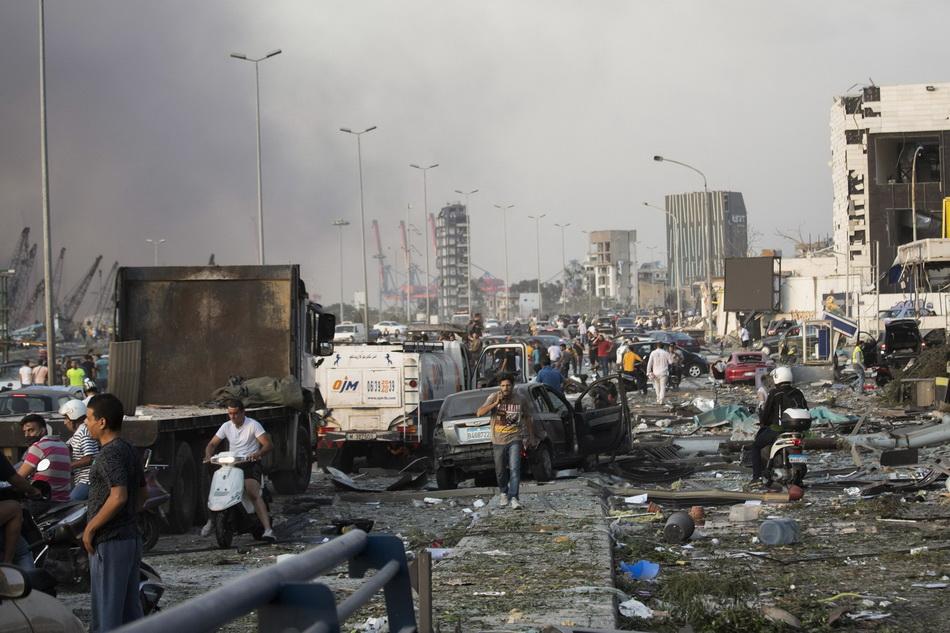 在各种碎片堆积如山的街道上,受伤的人们跌跌撞撞地走向医院。