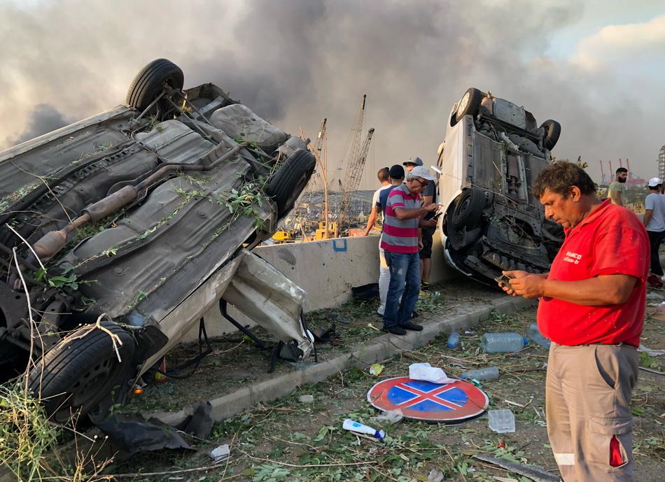汽车被巨大的爆炸冲击波掀翻。