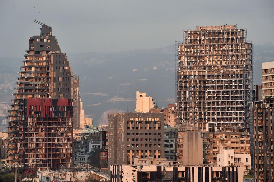 爆炸点附近的房屋被完全损毁,高层建筑玻璃被震碎。