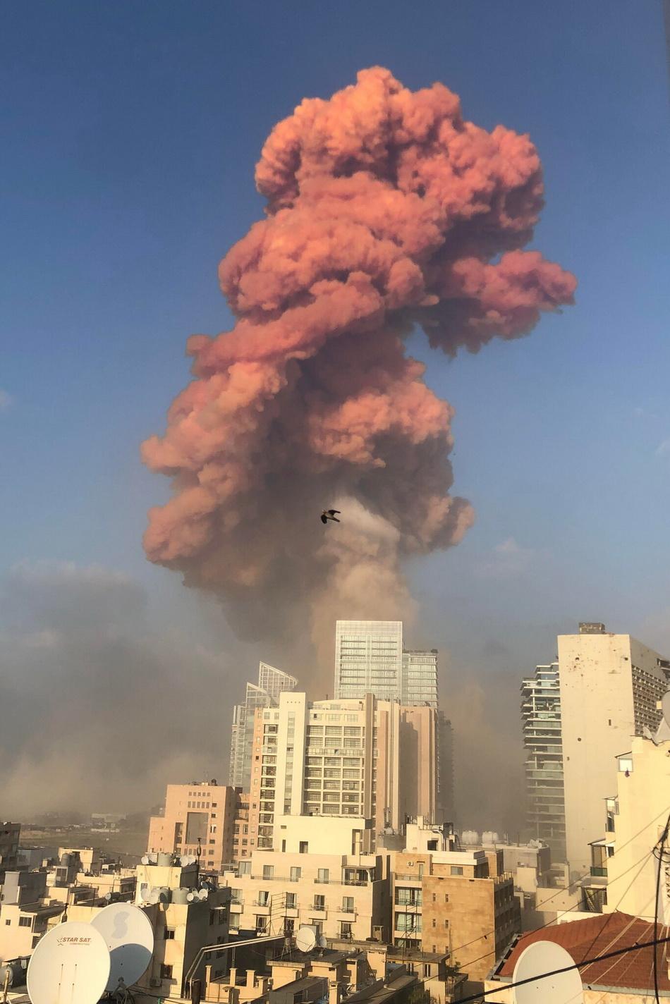 爆炸后现场升腾巨大的红色蘑菇云,爆炸声震耳欲聋。