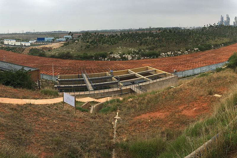 2020年5月22日,陆良化工厂址围墙外,麦田沟49亩土壤风险管控项目现场。受到镉污染的地块目前已进行了生物修复。