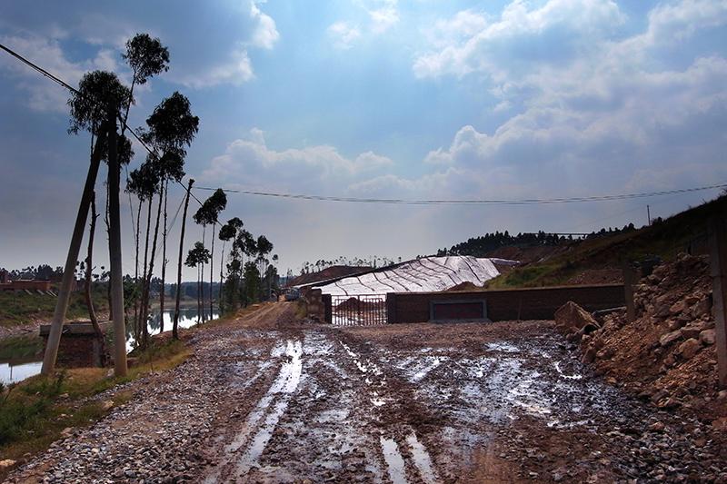 云南陆良化工曾历史遗留的铬渣堆场与南盘江仅一墙之隔,拍摄于2011年8月25日。 本文图片均为受访者供图(除署名外)