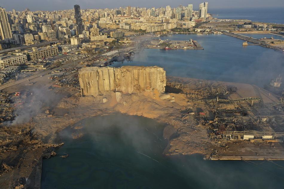 无人机航拍画面显示,大量谷物散落在碎片和泥土中。