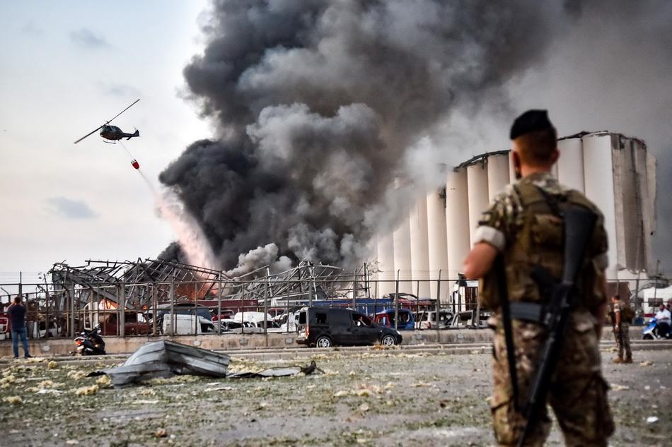 昔日繁华的贝鲁特港口如今一片残垣断壁,直升机在空中救援。