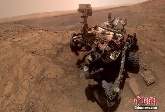 """美国国家航空航天局(NASA)公布了""""好奇""""号火星车""""激动人心的""""自拍。这张照片事实上由57张单独的照片构成,它们被拼接在一起以记录这一对探测器来说的重要时刻。图片来源:视觉中国"""