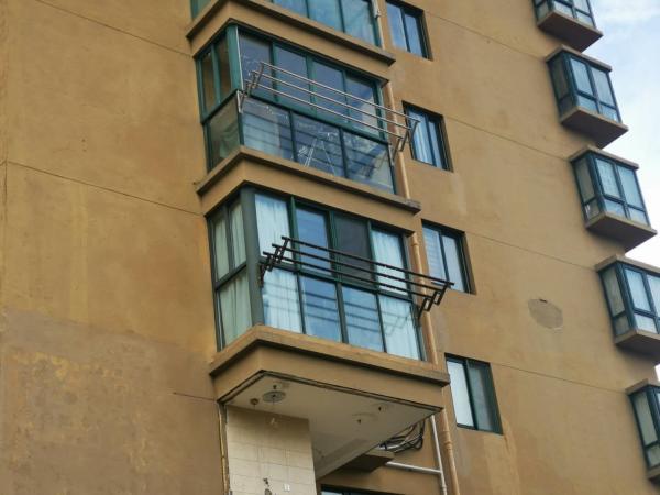 图中上一户的阳台在原半封闭围栏基础上改造,下一户为拆除原半封闭围栏后整体改造。