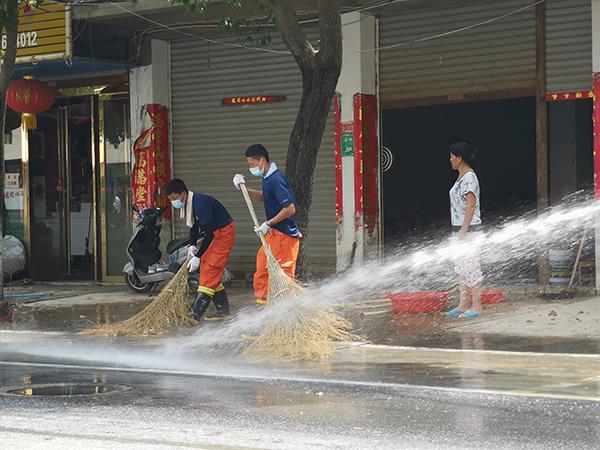 2020年8月6日,安徽省巢湖市柘皋镇,上海消防救援总队跨区域增援二编队为受灾区开展清扫、环境消杀等工作。本文图均为上海浦东消防