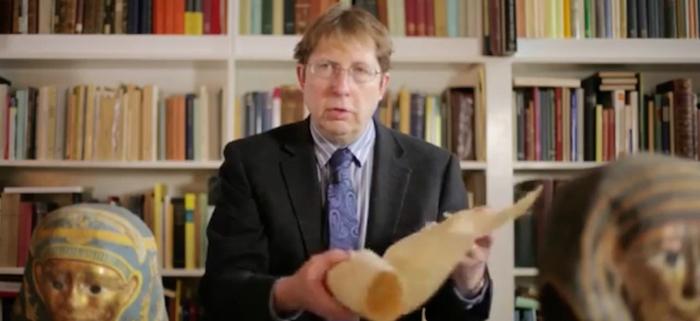 欧宾克在牛津大学办公室中展示纸草,图片来源:卫报视频