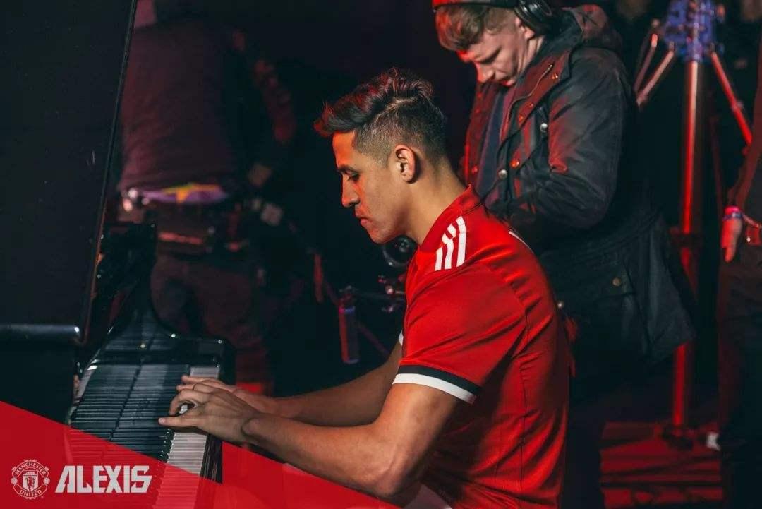 当年加盟曼联,踌躇满志的桑切斯还弹上了钢琴。