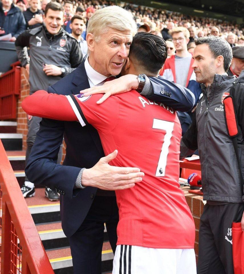 桑切斯转会曼联后,和教授温格拥抱。
