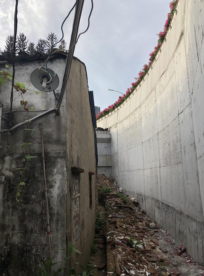 房屋较为老旧,占地约40平方米,只有一层,目前仍通水电,有一定的居住功能。