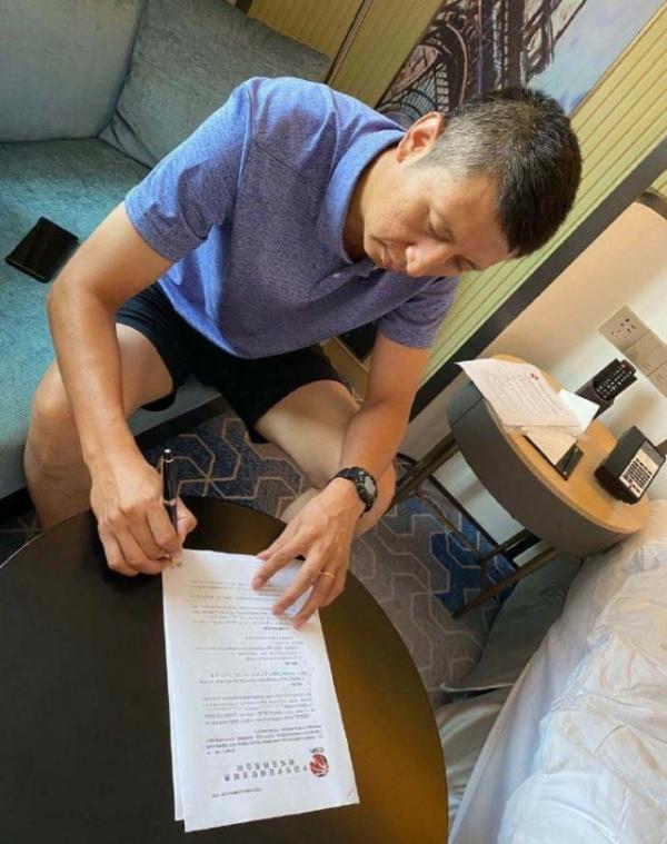 媒体晒图:郭士强已和广州男篮签约。