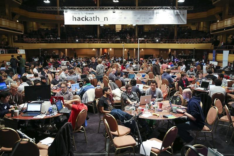 2013年的一场黑客马拉松现场。图片来自flickr