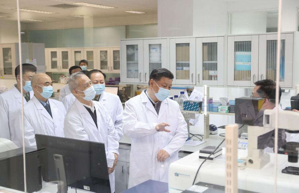 2020年3月2日,習近平在北京考察新冠肺炎防控科研攻關工作。新華社記者 丁海濤 攝