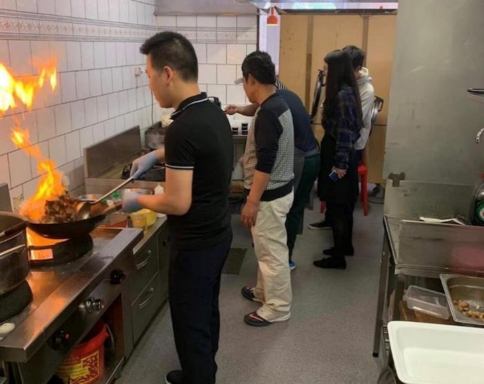 工人们在海外制作家乡菜,图片由受访者提供。