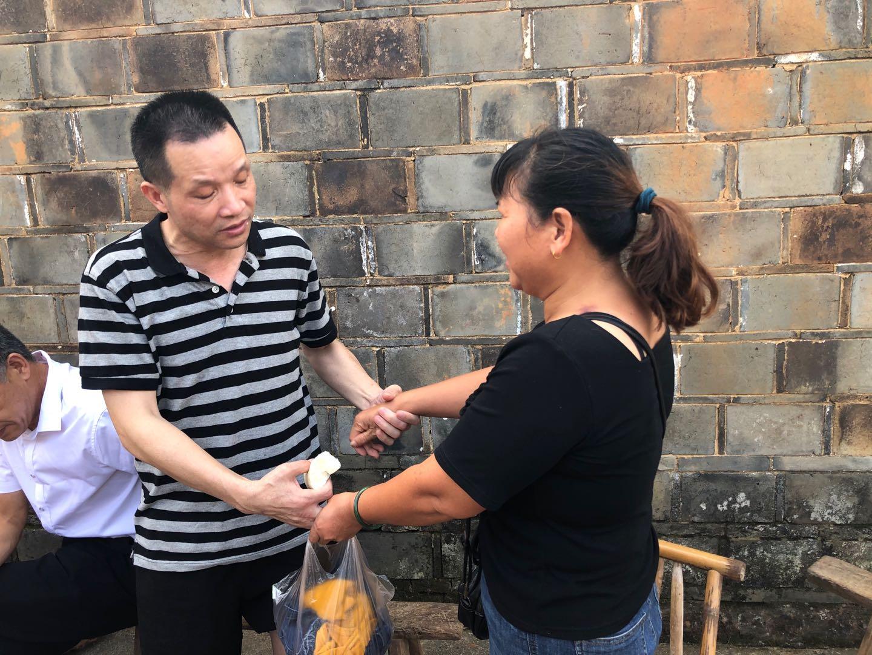 8月5日,张玉环无罪释放后正式与宋小女见面,二人执手相看。