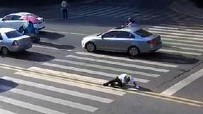 暖闻|重庆民警55℃地表温度下执勤中暑晕倒,路人停车施救