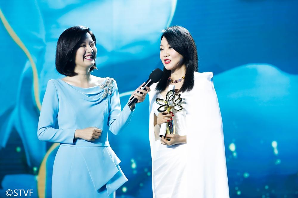 主持人陈蓉和最佳女主角获得者闫妮