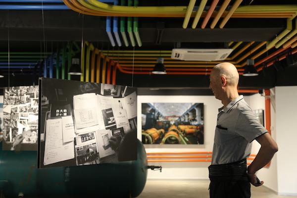 """""""粟上海·红园""""开幕首展现场,一位生活在江川路的老人与一件与他有关的作品"""