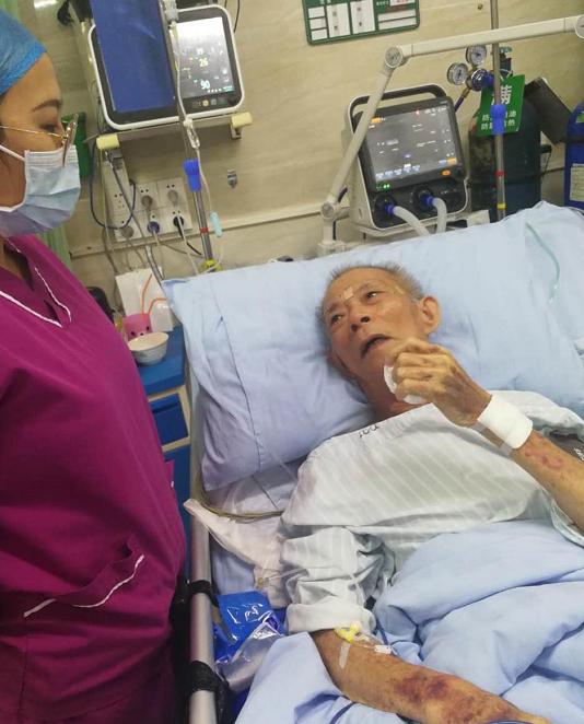 老人苏醒后流着眼泪感谢医护人员救了他一命。受访者供图