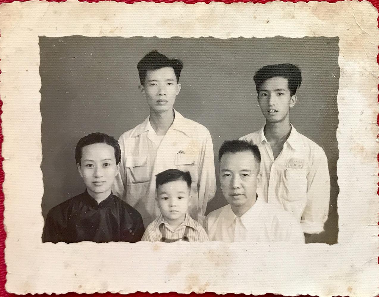 年轻时外婆和家人的合照。