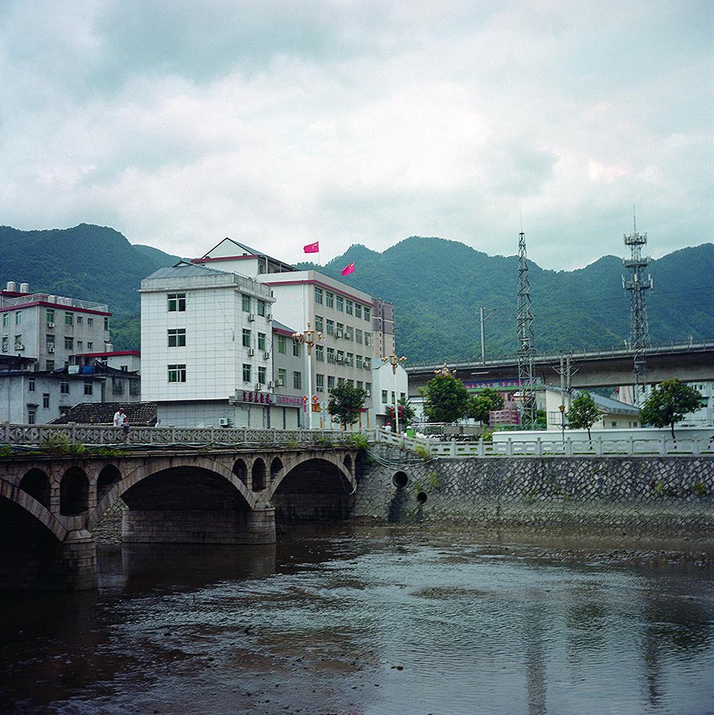 2019年8月,飞鸾镇,连通基地和镇中心的飞鸾桥。